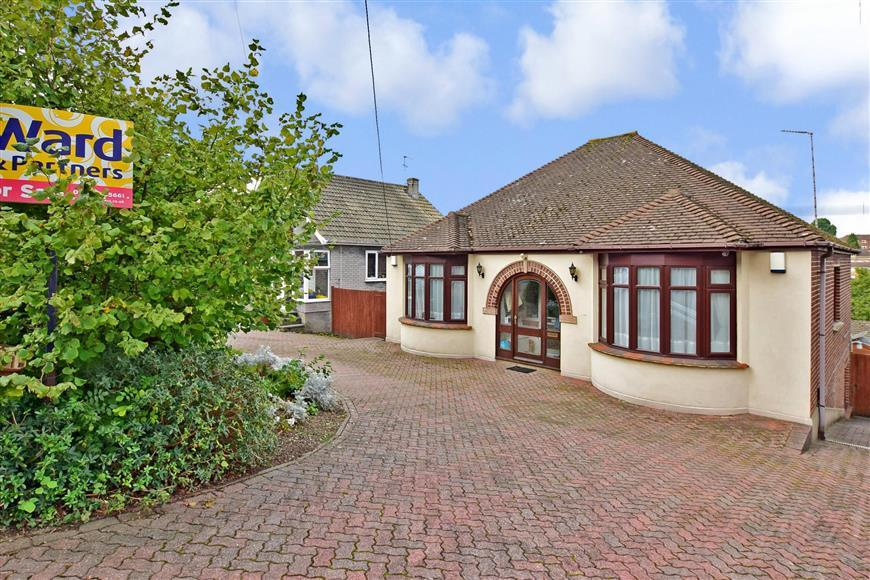 3 Bedrooms Detached Bungalow for sale in Snodhurst Avenue, Walderslade, Chatham, Kent