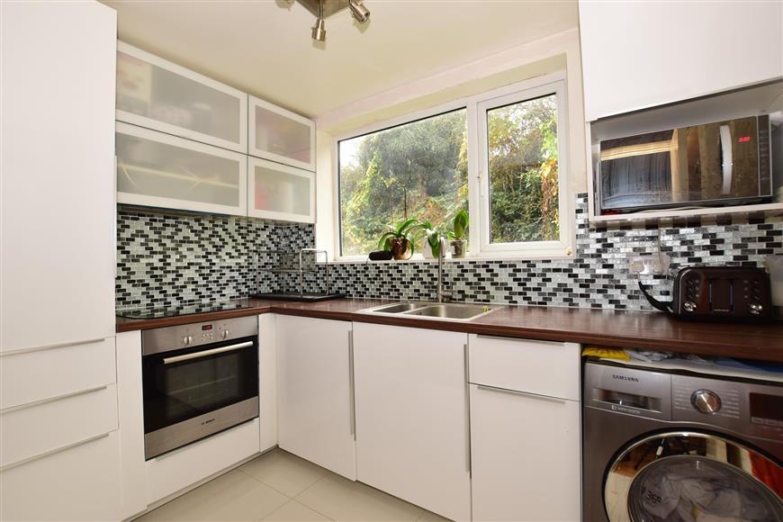 2 Bedrooms Flat for sale in Okehampton Crescent, Welling, Kent