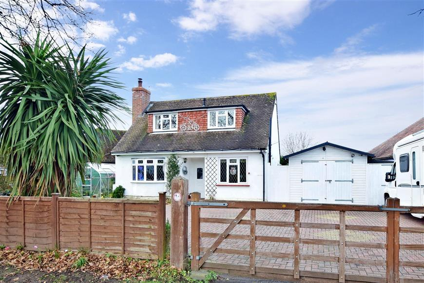 2 Bedrooms Detached Bungalow for sale in West Lane, Hayling Island, Hampshire