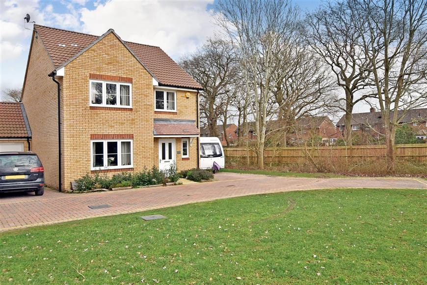 4 Bedrooms Detached House for sale in Pipits Close, Havant, Hampshire