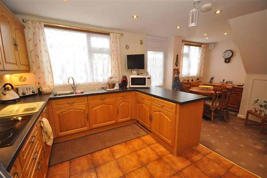 3 Bedrooms End Of Terrace House for sale in The Willows, Basildon, Essex