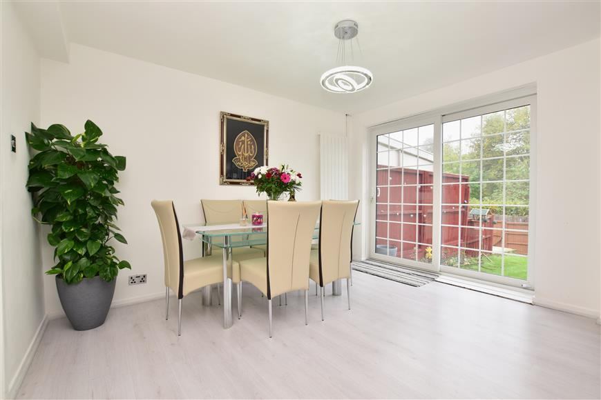 3 Bedrooms Terraced House for sale in Buckhurst Close, Redhill, Surrey