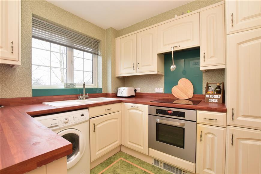 2 Bedrooms Apartment Flat for sale in Tilers Close, Merstham, Redhill, Surrey
