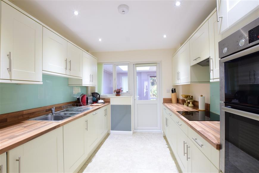 3 Bedrooms Semi Detached House for sale in Oaktree Drive, Emsworth, Hampshire