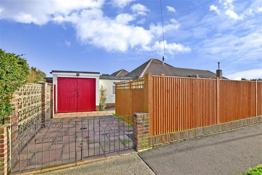4 Bedrooms Bungalow for sale in Merton Avenue, Rustington, West Sussex