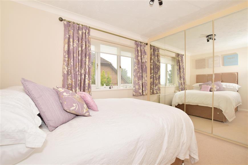 2 Bedrooms Flat for sale in Eridge Road, Crowborough, East Sussex
