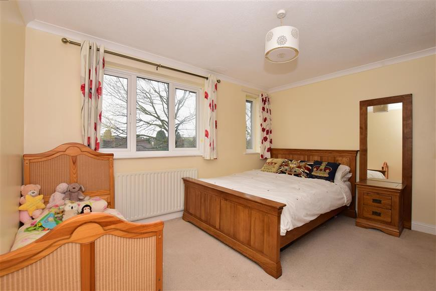 2 Bedrooms End Of Terrace House for sale in Banstead Road, Caterham, Surrey