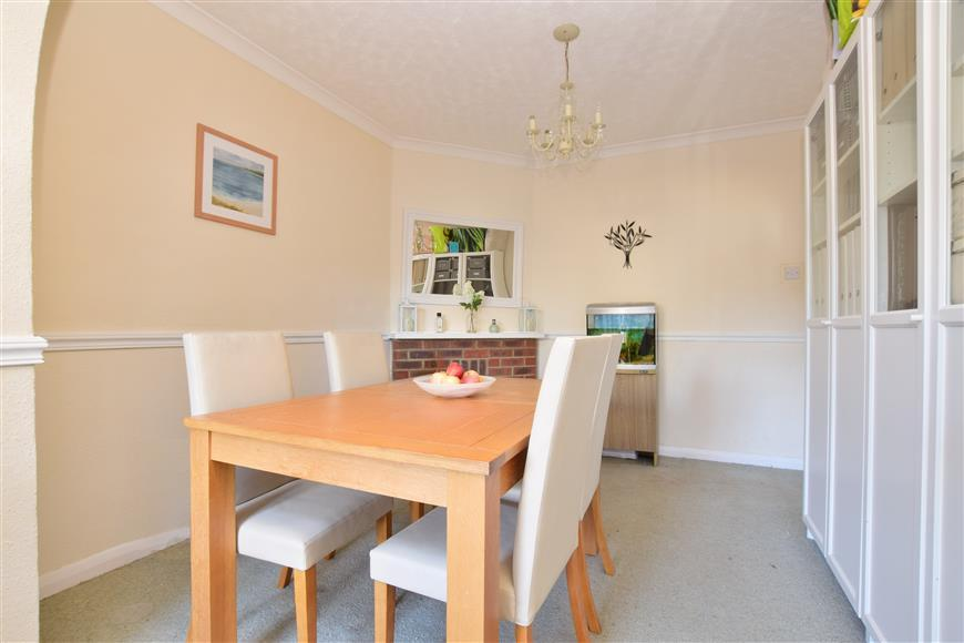 3 Bedrooms Semi Detached House for sale in Foxon Lane, Caterham, Surrey