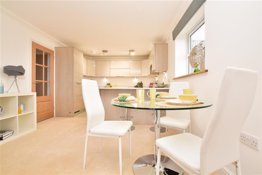 2 Bedrooms Apartment Flat for sale in The Chaldon, Clifton Place, Chaldon Road, Caterham, Surrey