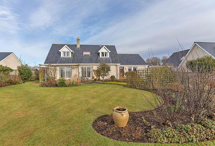 5 Bedrooms Detached House for sale in 25 Broomlands, Kelso, TD5 7PR