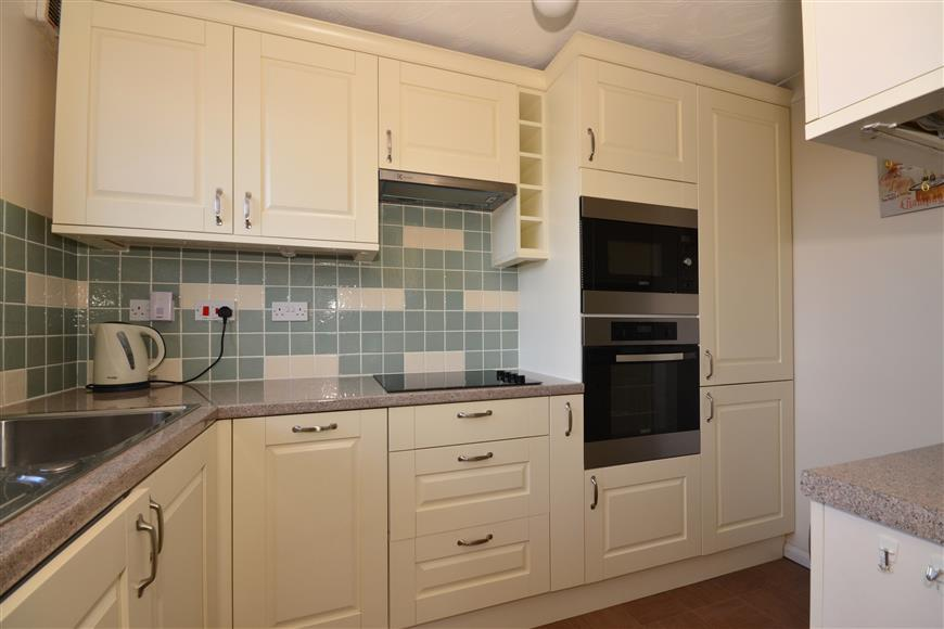 2 Bedrooms Flat for sale in Beehive Lane, Ilford, Essex