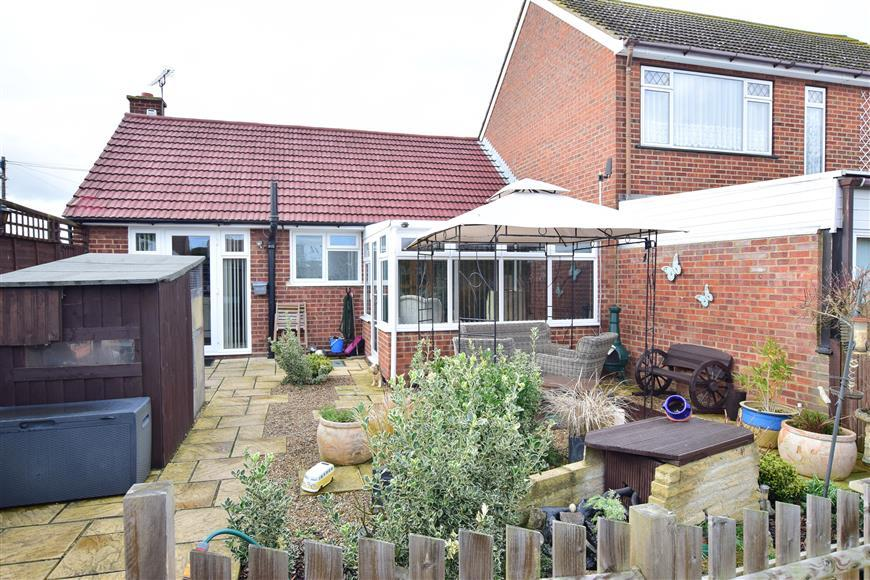 2 Bedrooms Semi Detached Bungalow for sale in Goodwood Close, High Halstow, Rochester, Kent