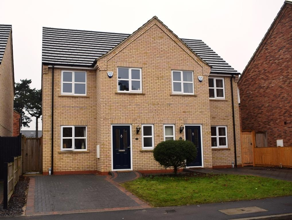 3 Bedrooms Semi Detached House for sale in Pine Walk, Cleethorpes, DN35 8BP