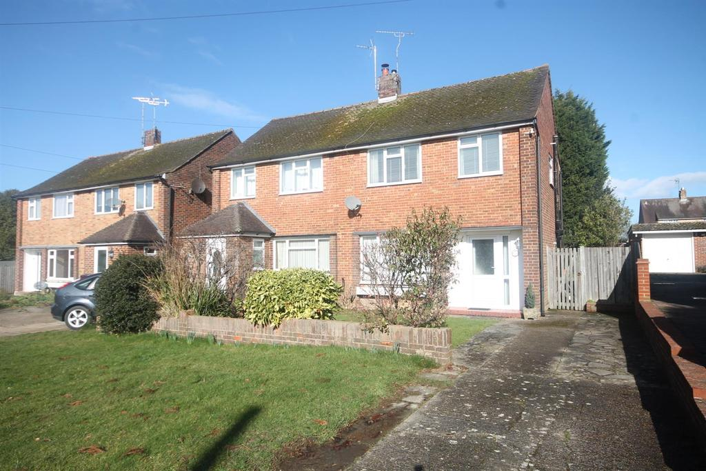 3 Bedrooms Semi Detached House for sale in Hill Mead, Horsham