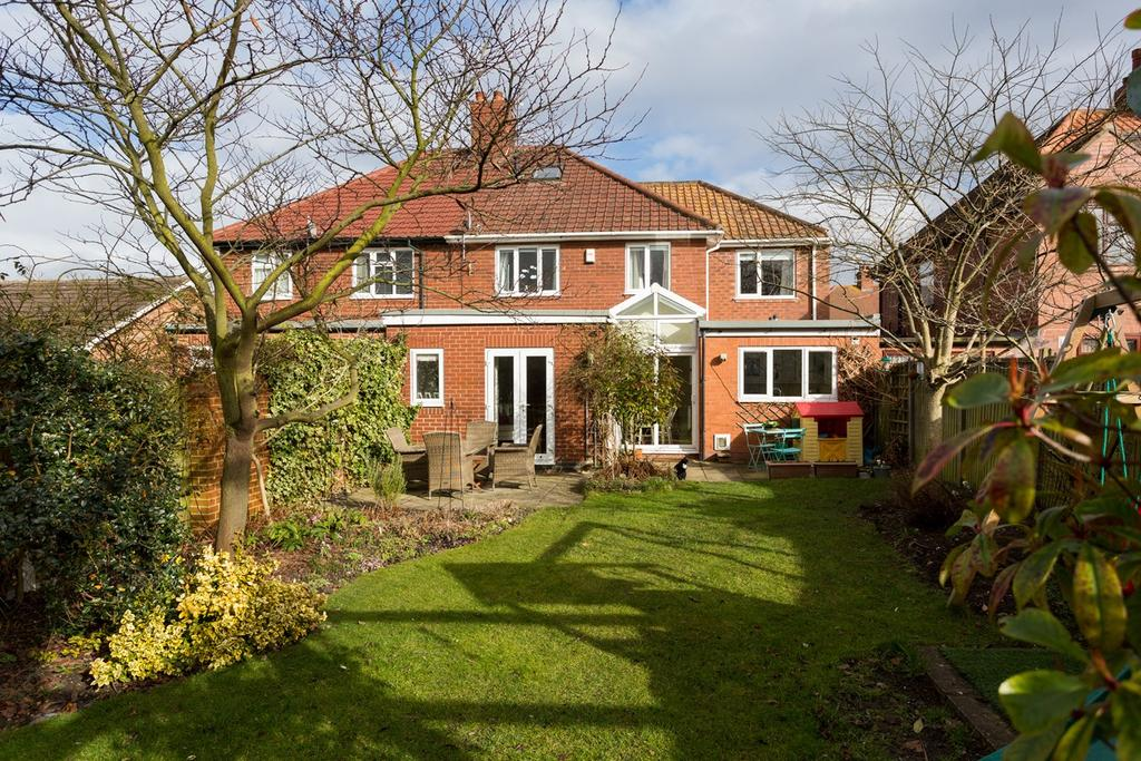 4 Bedrooms Semi Detached House for sale in Westlands Grove, York, YO31
