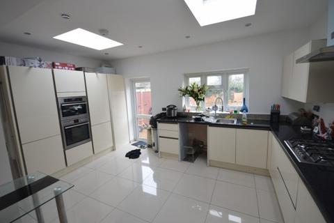 4 bedroom terraced house to rent - Fairway Gardens,  Ilford, IG1