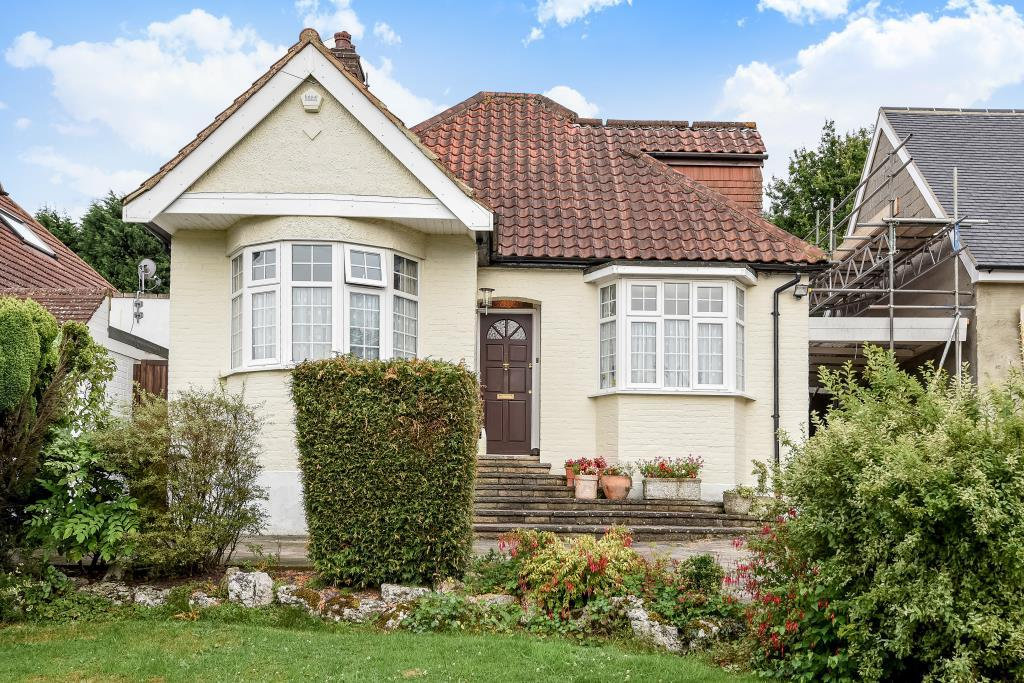 3 Bedrooms Detached Bungalow for sale in Caldecote Gardens, Bushey, WD23