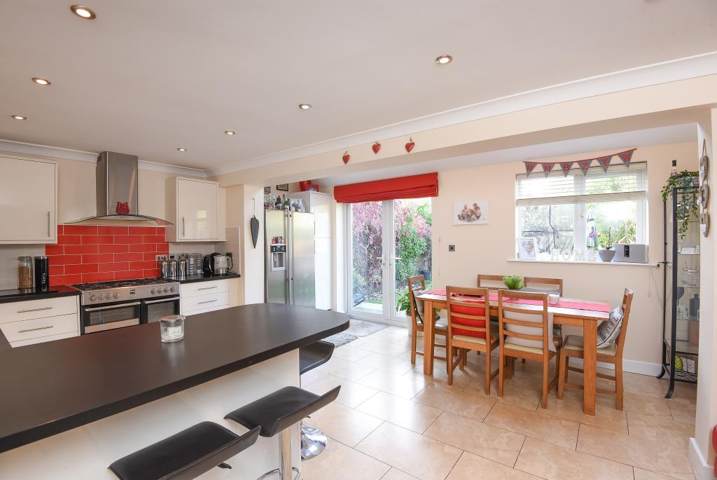 4 Bedrooms Detached House for sale in Hollybush Road, Carterton, OX18