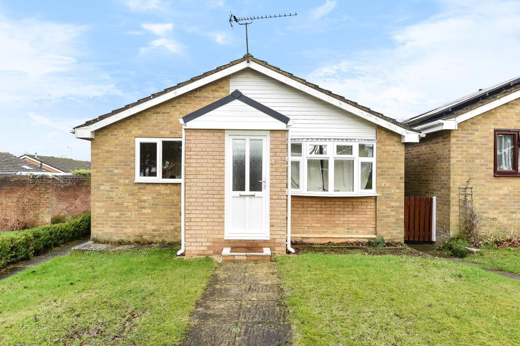 2 Bedrooms Detached Bungalow for sale in Edgeworth Drive, Carterton, OX18