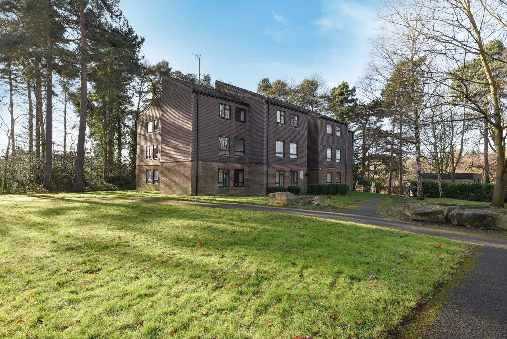 2 Bedrooms Flat for sale in Heatherside, Camberley, GU15