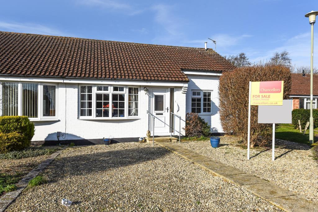 2 Bedrooms Bungalow for sale in Thames Avenue, Bicester, OX26