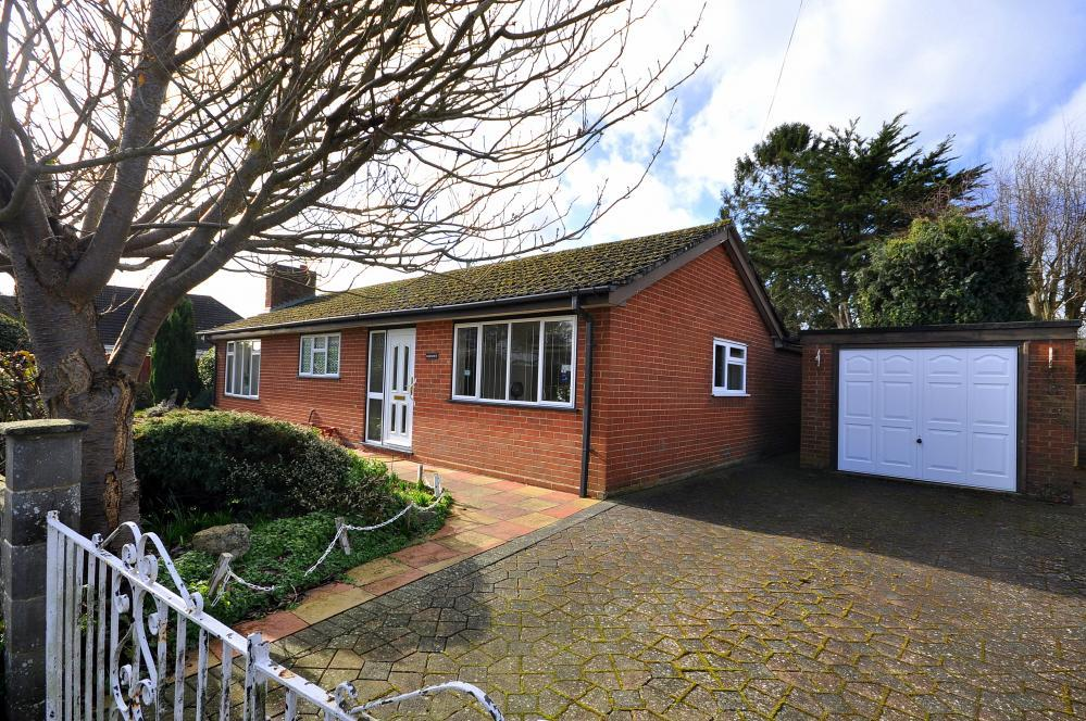 2 Bedrooms Detached Bungalow for sale in Meadow Close, Ringwood, BH24 1RX