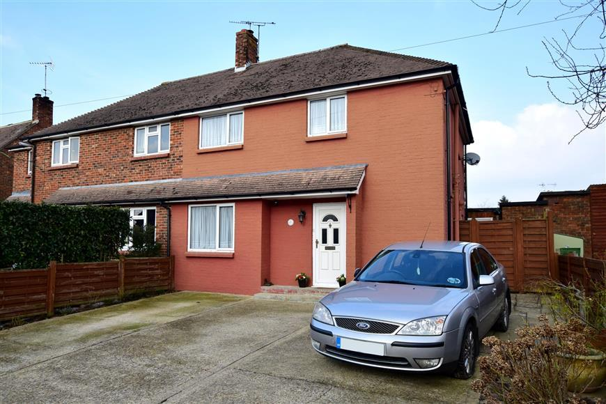 3 Bedrooms Semi Detached House for sale in Macleod Road, Horsham, West Sussex