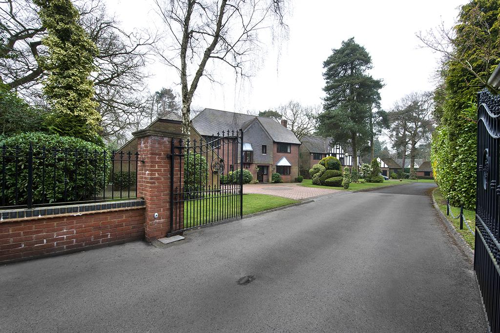 5 Bedrooms Detached House for sale in Cherrywood Way, Little Aston
