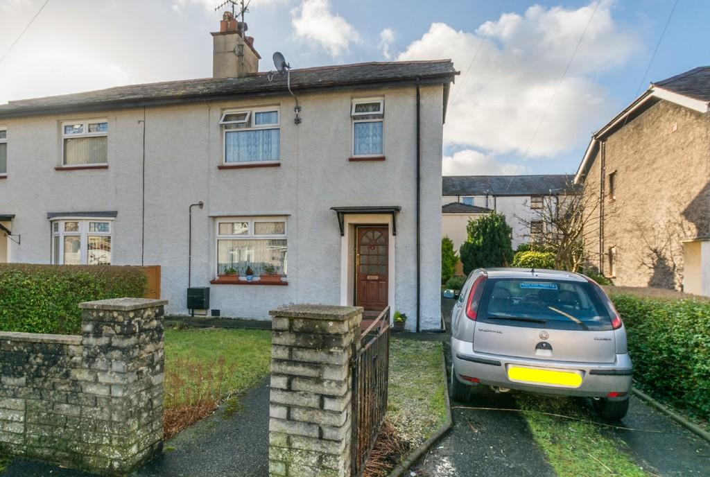 3 Bedrooms Semi Detached House for sale in Maes Y Dref, Bangor, North Wales