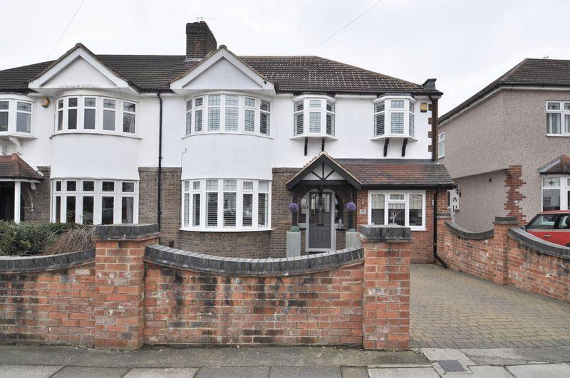 4 Bedrooms Semi Detached House for sale in Bladindon Drive, Bexley