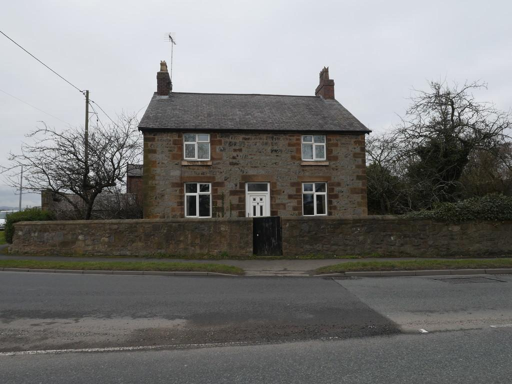3 Bedrooms Farm House Character Property for sale in Chester Road, Penymynydd