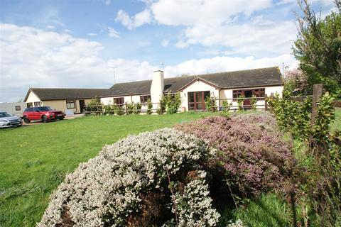 4 bedroom detached bungalow for sale - Madrid Avenue, Rayleigh