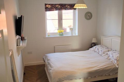 Flat to rent - Bakers Place, Woodley, Reading, Berkshire, RG5