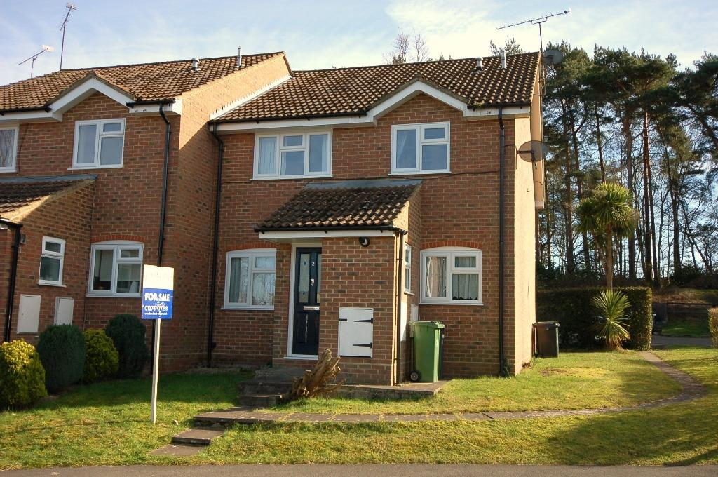 Victoria Court Bagshot 2 Bed End Of Terrace House 280 000