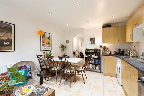4 bedroom flat to rent - Cottage Walk, London, N16