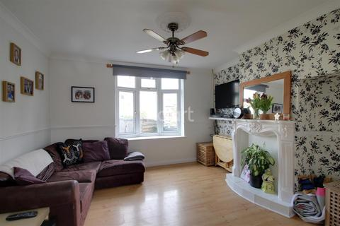 3 bedroom terraced house to rent - Therford Gardens, Dagenham, RM9