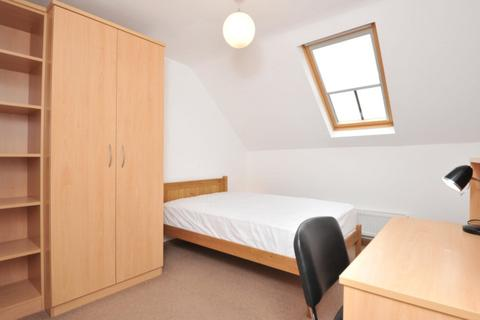 3 bedroom flat share to rent - 12 Hope Court