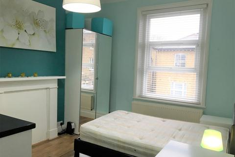Studio to rent - Birkbeck Road, Acton, London