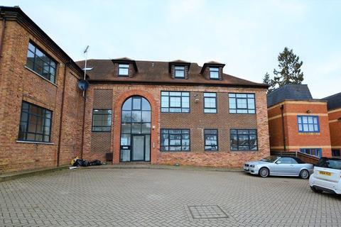 2 bedroom flat to rent - Churchfield Road, Gerrards Cross,