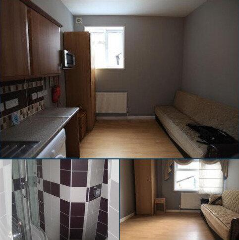 Studio to rent - Woodside Road, London SE25