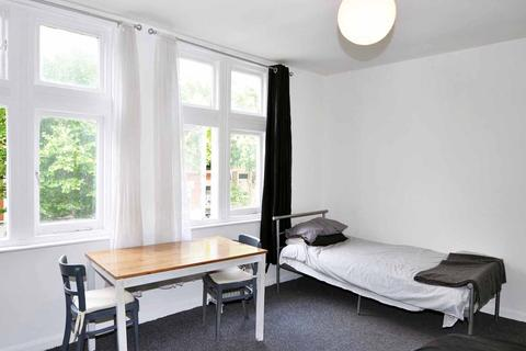 Flat share to rent - Chiswick High Road, Chiswick, London W4
