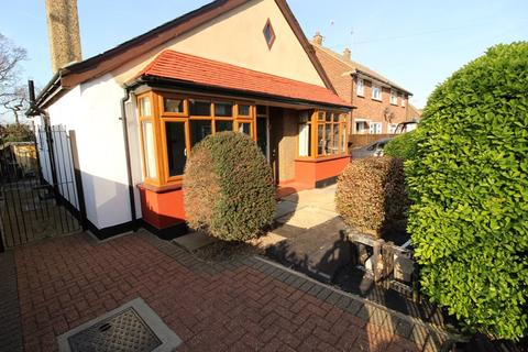 2 bedroom detached bungalow for sale - Flemming Crescent, Leigh-On-Sea