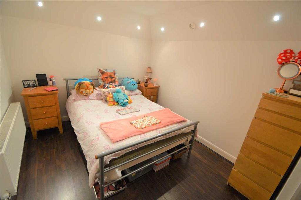 Bedroom 12' 7' Max x 8' 6' Max ( 3.84m Max x 2.59m Max )