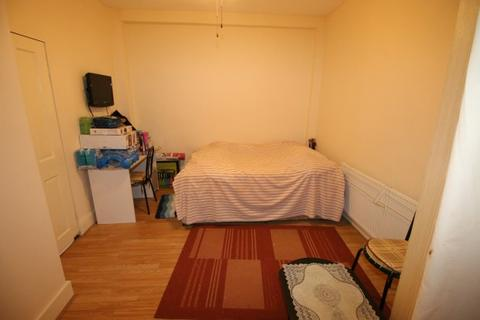 Studio to rent - Rollit Crescent,  HOUNSLOW, TW3