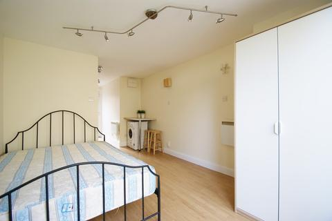 Studio to rent - Gibbon Road, East Acton