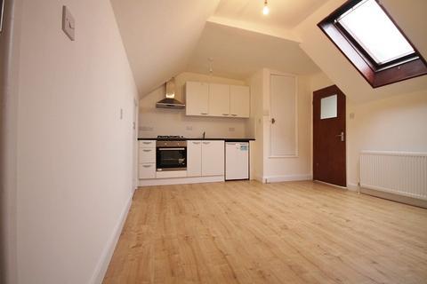 Studio to rent - Hampton Road West, Feltham, TW13