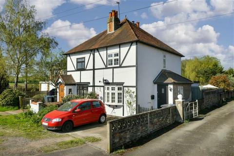 2 bedroom semi-detached house for sale - Leatherhead Road, Chessington, Surrey