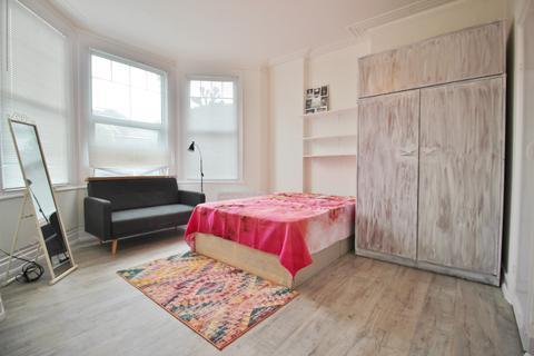 Studio to rent - High Road, Whetstone N20