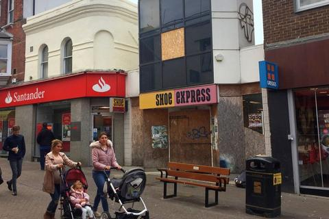 Retail property (high street) to rent - DOUBLE FRONTED RETAIL PREMISES OPPOSITE MCDONALDS TO BE LET