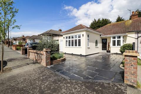 3 bedroom semi-detached bungalow for sale - Minster Way, Hornchurch